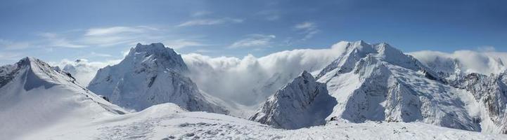 schilderachtig uitzicht op de bergen van de Kaukasus foto