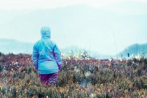 vrouw kijkt naar bergen foto