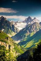 mooie walley in de bergen van de Kaukasus in Upper Svaneti, Georgië foto