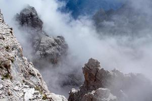 schilderachtige wolken op de rotsen foto