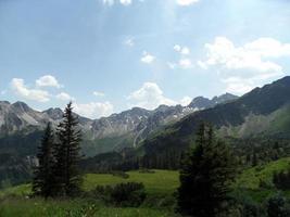 prachtige natuur in tannheimer tal, een vallei in tirol foto