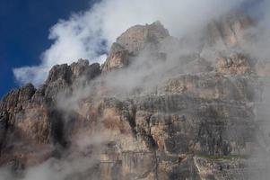 delicate wolken in de bergen foto