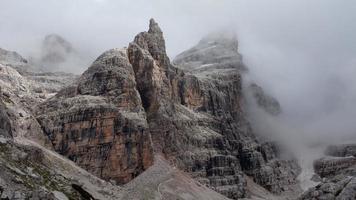 mysterieuze bergen in de mist foto