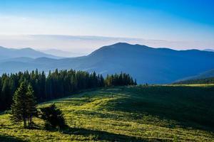 blauwe lucht en groene heuvels