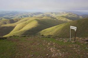 4wd-track op een bergtop foto