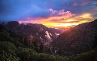 vreedzame grote rokerige bergen zonsondergang horizon foto