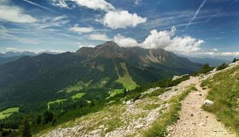 uitzicht op de vallei vanaf alpine pad foto