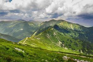 weg die naar de bergtoppen leidt foto