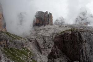 mistig uitzicht op de bergen foto