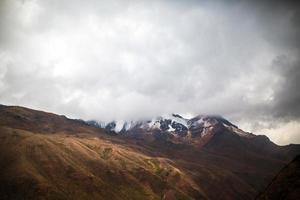 bergwegen in de andes van peru foto