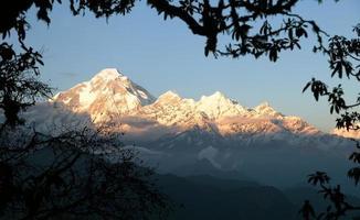 avond uitzicht op de berg Dhaulagiri foto