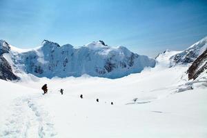 wandelaars in de bergen foto