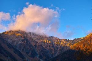 trok zonsondergang bergketen foto