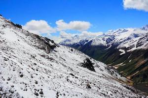 Kaukasus bergen onder de sneeuw foto