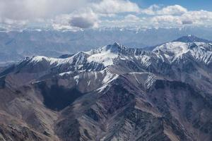 himalayagebergte onder wolken