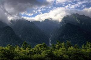 croud op de bergen foto