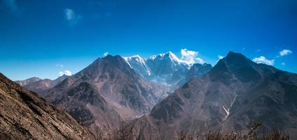 prachtige met sneeuw bedekte bergen foto