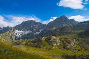 weiden en rotsachtige bergen foto