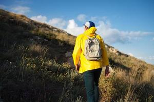 backpacker die de berg wandelt foto