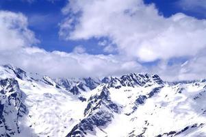 besneeuwde bergen in zon dag foto