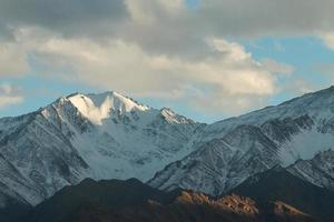 sneeuw bergketen, leh india foto