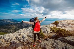 jonge bergbeklimmer op de top van het eiland foto