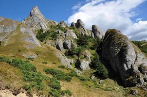 prachtig uitzicht op de bergen, afzettingsgesteenten in de Karpaten foto