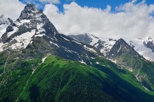 toppen van de bergen in de noordelijke Kaukasus, Rusland foto