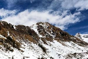 besneeuwde bergen en rotsachtige toppen in de roemeense karpaten foto