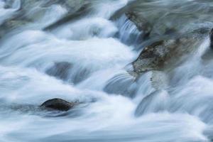 bergbeek met stroomversnellingen foto
