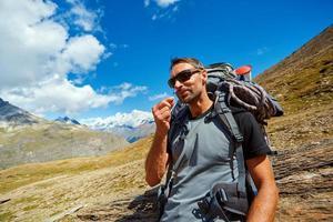 wandelaar in de bergen foto