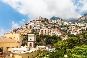 kleurrijke huizen op de berg foto