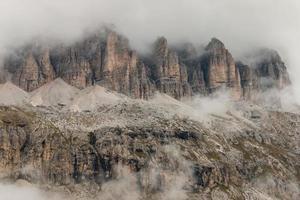 detail van steile kliffen in de Dolomieten foto