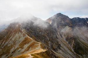 uitzicht vanaf volovec op ostry rohac peak foto