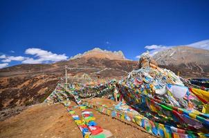berglandschap met tibetaanse heilige gebedsvlaggen foto
