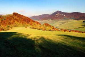 herfstgezicht van de berg strazov in strazovske vrchy foto