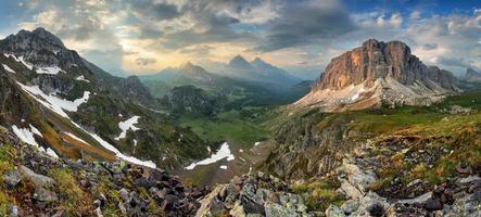 dolomieten van de berg cernera tot formin - panorama