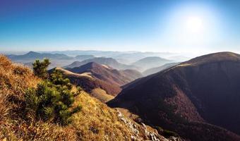 schilderachtig uitzicht op mistige bergheuvels in de herfst, Slowakije foto