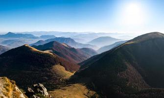 panoramisch landschapsmening van mooie herfstheuvels en bergen foto