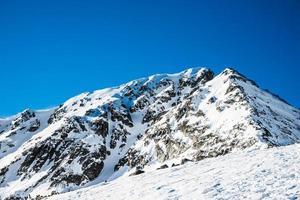 winterlandschap van met sneeuw bedekte bergen Pirin foto