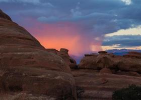 zonsondergang door de regen (close-up) - arches national park, utah foto