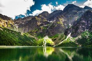 rotsachtige bergen in de zomer en blauwe lucht foto