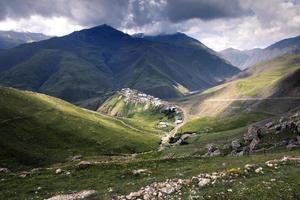 xinaliq, een dorp in Azerbeidzjan, omgeven door bergen foto