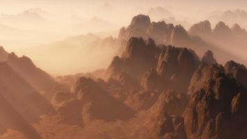 luchtfoto van berglandschap in de mist bij zonsopgang.