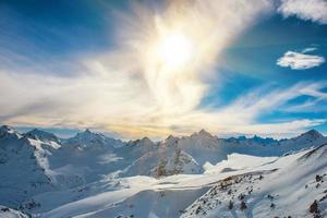 besneeuwde blauwe bergen in wolken