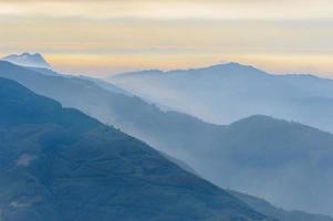 berg met zee van wolken