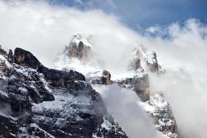 rotsachtige bergen boven cortina d'ampezzo foto