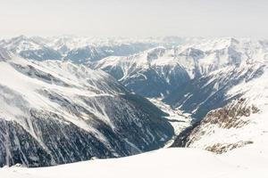 alpiene vallei omgeven door bergen foto