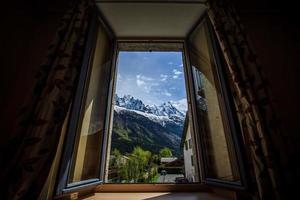 uitzicht op de bergen vanuit het raam van het hotel foto
