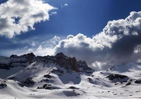 panoramisch uitzicht op sneeuwbergen foto